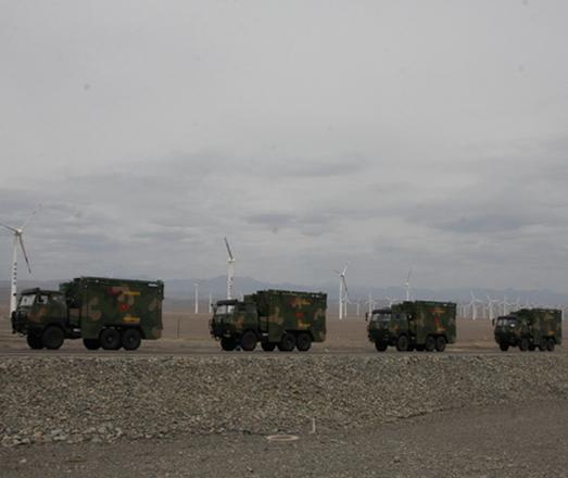 车辆行驶在新疆戈壁滩上
