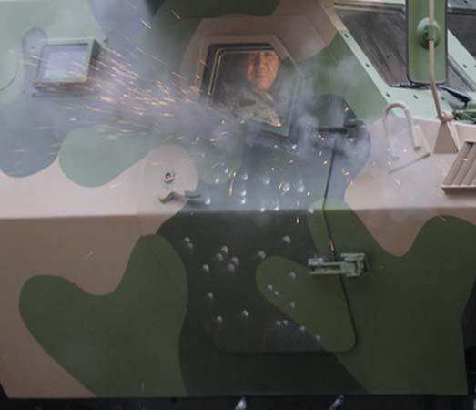 公司负责人亲自乘坐(armored vehicle)对车辆进行防护测试